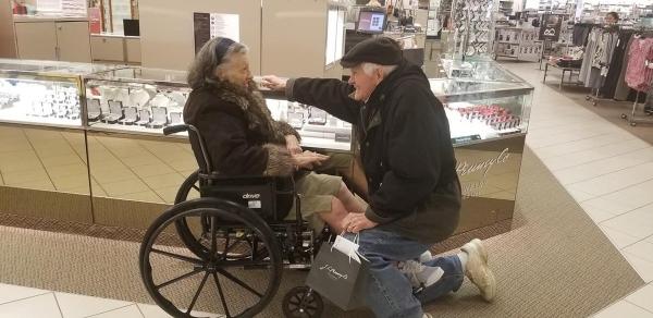 بعد 63 عاما من الزواج يتقدم إليها بخاتم خطوبة جديد