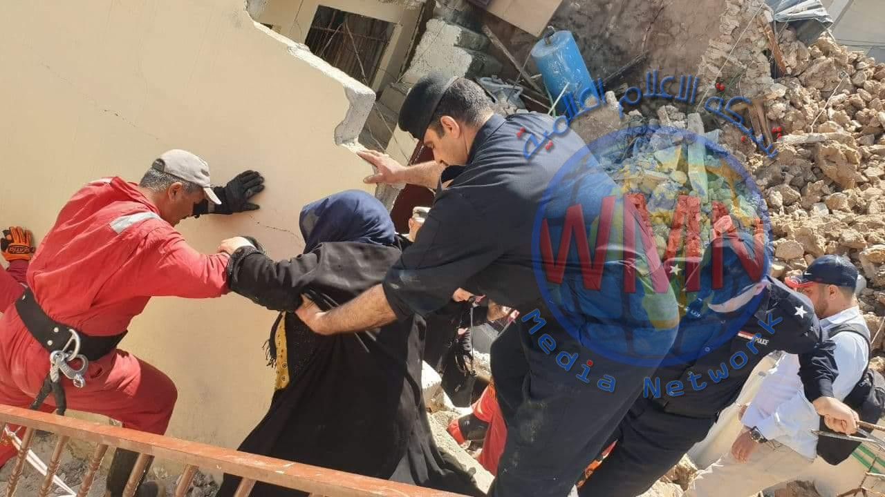 انقاذ امرأتين بعد انهيار منزلهما في الموصل(صور)