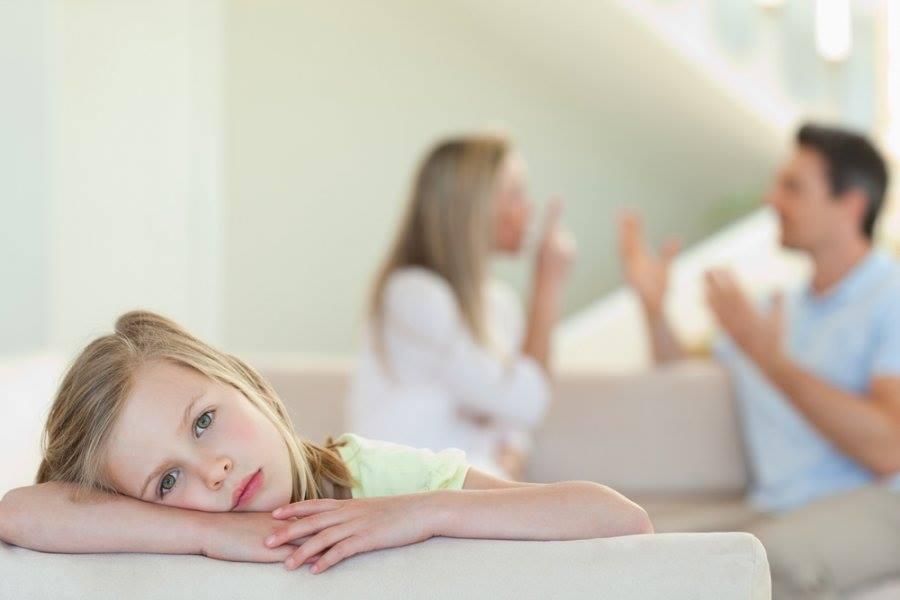 6 تصرفات خاطئة إياك القيام بها وزوجك أمام الأطفال