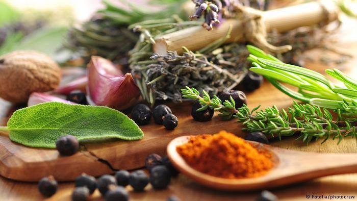 ما هي الأعشاب والتوابل المسموح بطبخها؟ ومتى يجب اضافتها للطعام؟