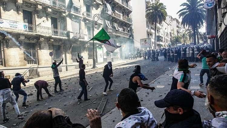مواجهات بين الشرطة الجزائرية وملثمين هي الأعنف منذ بداية الحراك الشعبي
