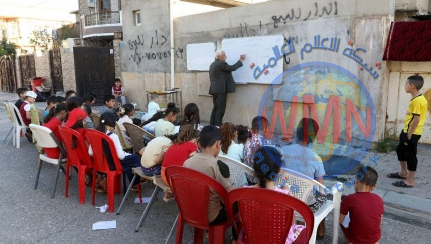 معلم عراقي يقدم دروسا مجانية لابناء الفقراء في الشوارع
