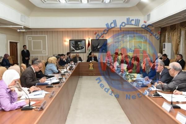 وزارة المالية تناقش أسعار النفط وتجنب أي عجز يحصل في الموازنة
