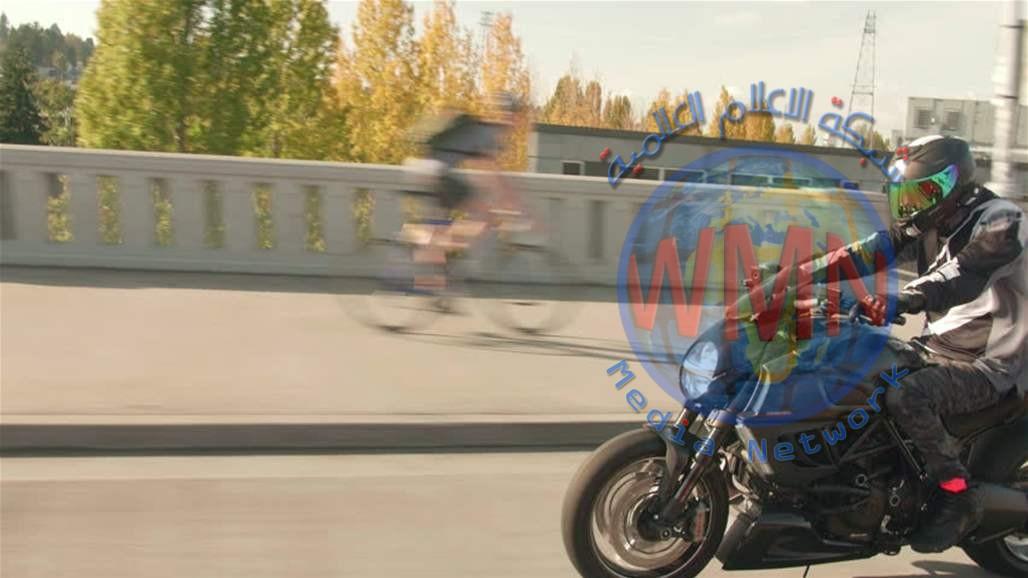 قاد دراجته النارية عاريا بسبب الحرّ الشديد (صور)