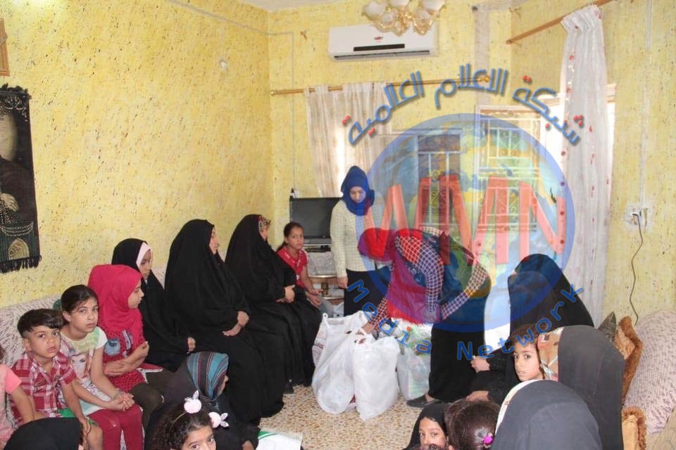 العمل توزع مساعدات عينية بين عوائل شهداء الحشد والقوات الامنية شمالي بغداد