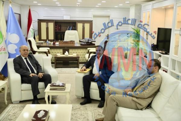 وزير النفط يؤكد ضرورة التنسيق مع الحكومات المحلية لتوفير فرص عمل للعاطلين