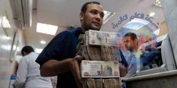 مصر تقترض مبلغاً ضخماً لسد عجز الموازنة