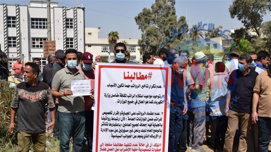 موظفو كهرباء ميسان يهددون بالعصيان وإطفاء محطات التوزيع بسبب تأخير رواتبهم
