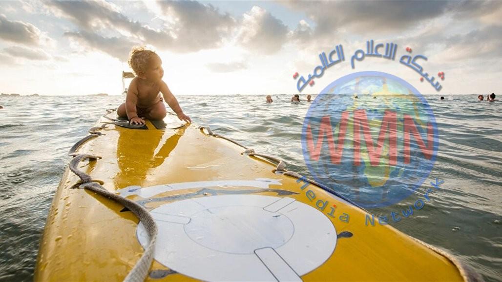 رضيع يحرز لقب اصغر متزلج على الماء في العالم… صورة