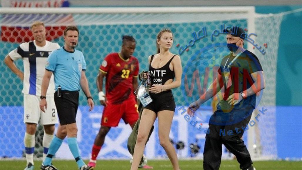 فتاة بملابس مثيرة تقتحم مباراة بلجيكا وفنلندا (صور)