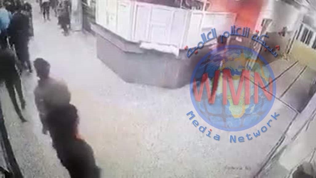فيديو.. شخص يهاجم المراجعين والاطباء في المستشفى بأداة جارحة متأثرا بوفاة شقيقه