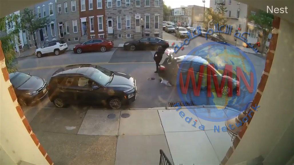 بسبب خلاف عائلي.. امرأة تحاول دهس زوجها بالسيارة أكثر من مرة (فيديو)