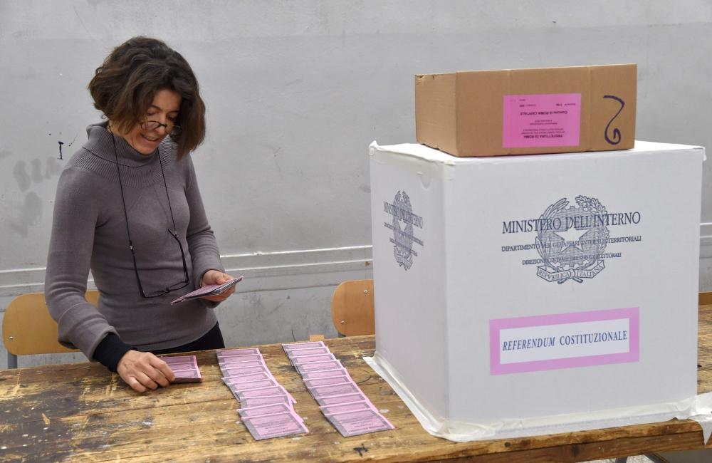 الايطاليون يصوتون في استفتاء على إصلاح دستوري حاسم لرئيس الحكومة