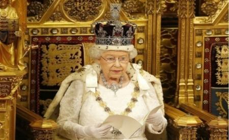 ملكة بريطانيا تبحث عن خياط براتب 22 ألف جنيه
