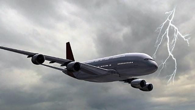 ماذا يحدث عندما يضرب البرق طائرة محلقة في الأجواء؟