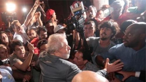 رئيس البرازيل السابق المتهم بالفساد يسلم نفسه للشرطة