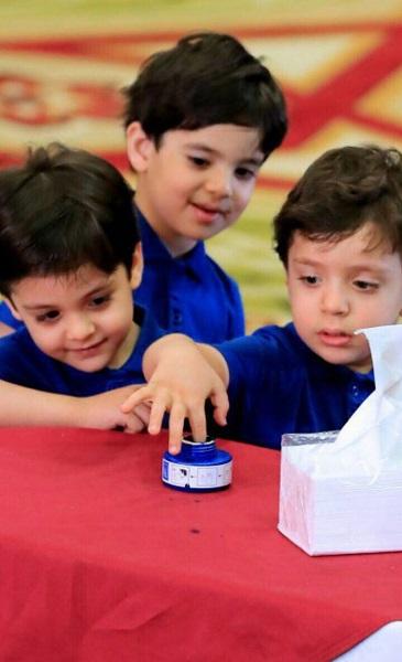بالصور .. اطفال العراق يلونون اصابعهم بالحبر البنفسجي ابتهاجاً بالانتخابات