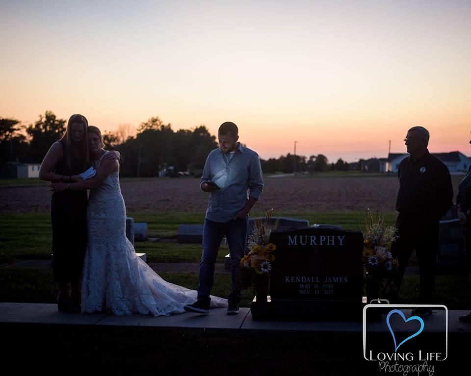 عروس تحتفل بيوم زفافها على قبر زوجها