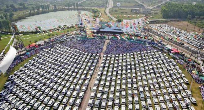 تاجر يكافئ موظفيه بـ600 سيارة وشقق سكنية