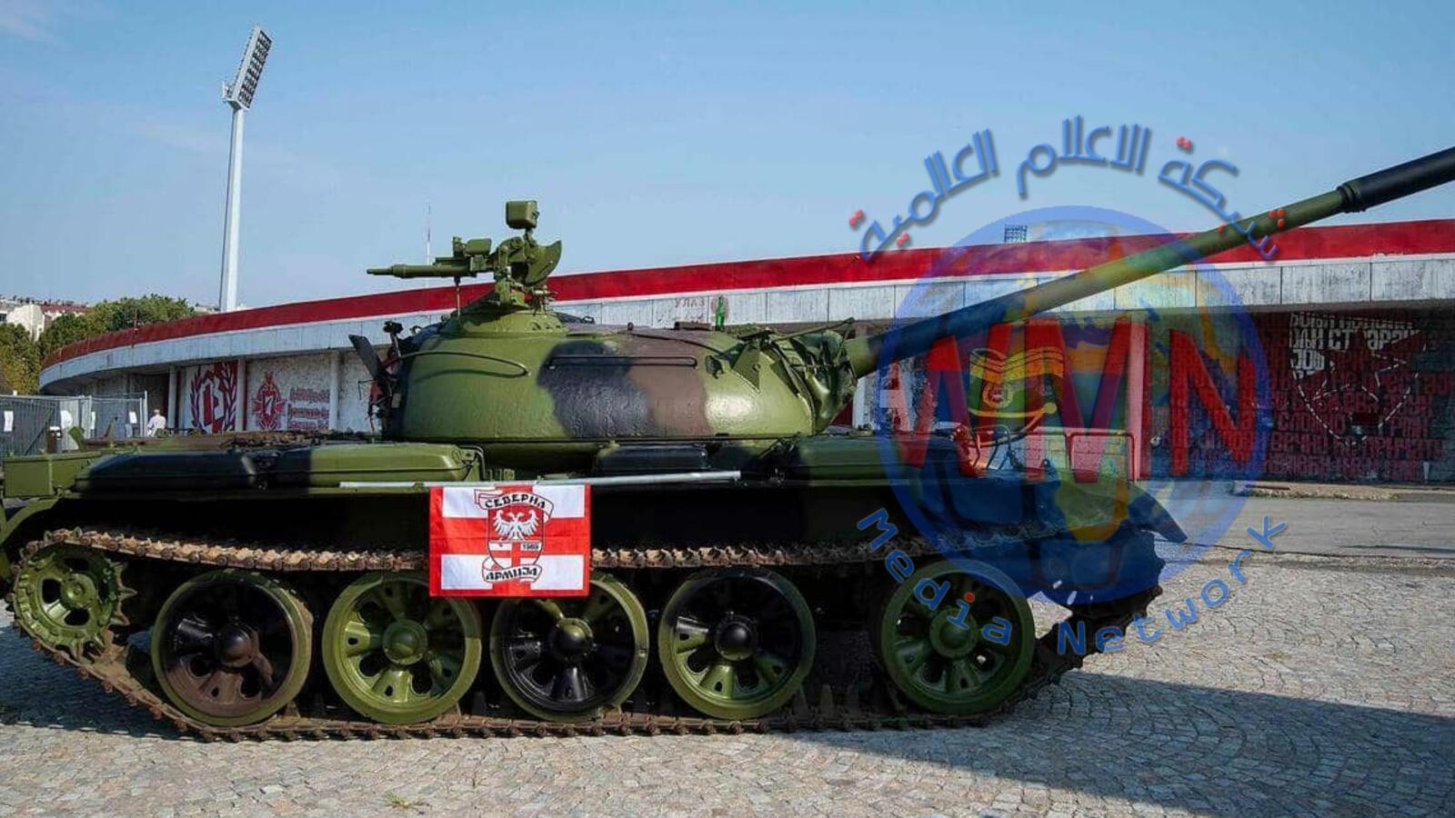 دبابة أمام ملعب كرة قدم في صربيا تثير جدلًا واسعًا في أوروبا