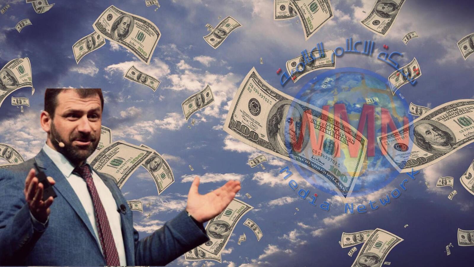 ملياردير روسي يُمطر ملعبًا لكرة القدم بالدولارات.. وهذه رسالته للشباب