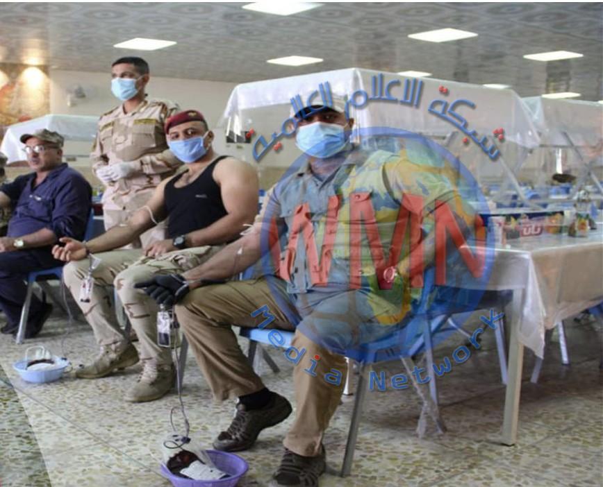 بالصور.. جنود يتبرعون بالدم لمرضى كورونا في بغداد