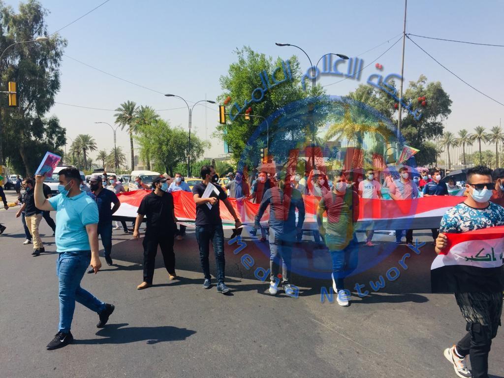متظاهرون يقطعون ساحة معرض بغداد والطريق المؤدي للعلاوي وسط العاصمة