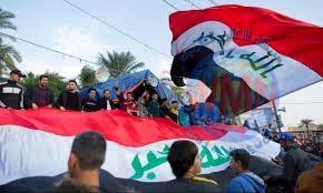 عشرات المتظاهرين ينظمون مسيرة نحو مبنى محافظة ذي قار
