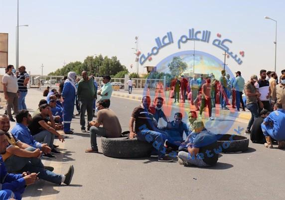 للمطالبة بإنصاف شركتهم.. موظفي الحفر العراقية يغلقون طريقا حيويا في البصرة